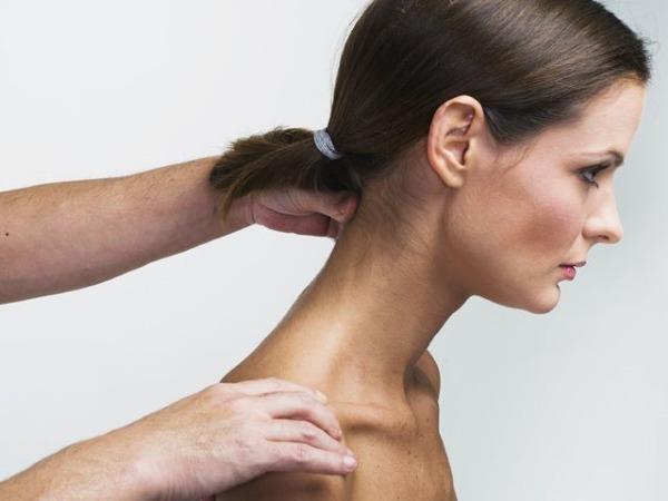 Растирание затылка, шеи и поворотах головы